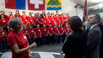 Ignazio Cassis geniesst nach seiner Wahl in den Bundesrat den Auftritt der Kinder des Chores der Grundschule von Collina d'Oro während eines Festaktes zu seinen Ehren.