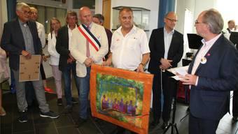 Stefan Grunder hält den Quilt, ein Geschenk aus Belgien.