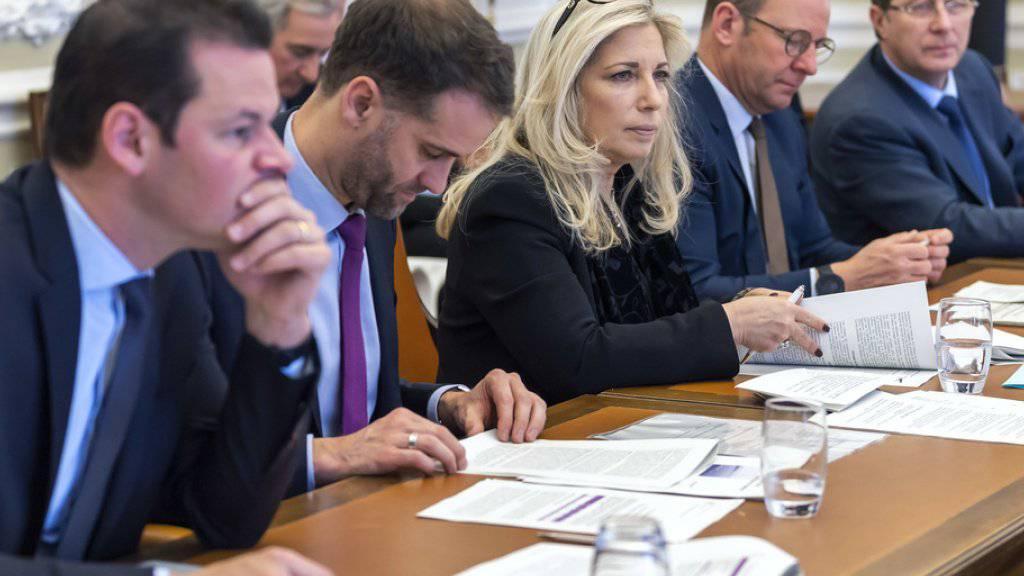 Mitglieder des Genfer Staatsrats erhalten nach acht Jahren Amtszeit eine lebenslange Rente. Eine kantonale Initiative will mit der Regelung Schluss machen. Den Stein ins Rollen gebracht hatte die Affäre um FDP-Staatsrat Pierre Maudet (erster von links). (Archivbild)