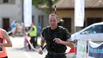 Patrick Willcock läuft als Sieger durch das Ziel. (Foto: Jean-Daniel Ruffieux)