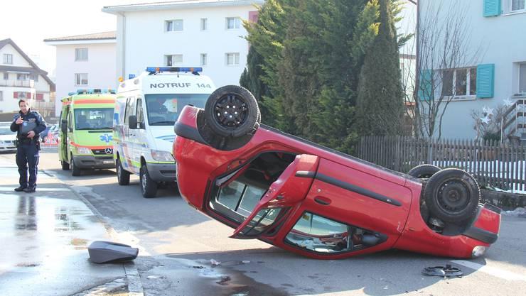 Der Renault Clio des Unfallverursachers blieb auf dem Dach liegen