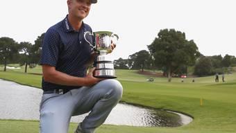 Matt Jones posiert mit dem Pokal nach dem Sieg beim Australian Open. Für die Titelverteidigung muss er sich gedulden.