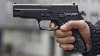 Die Polizisten werden verdächtigt, Waffen, Waffenzubehör und Uniformteile aus dem Lagerbestand der Kantonspolizei entwendet und verkauft zu haben. (Symbolbild)