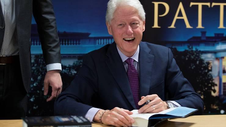 Der ehemalige Präsident und Autor signiert die ersten Exemplare seines Romandebüts.