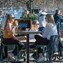 Kühles Bier und Sonne: Schwedinnen geniessen den Frühling im Café.