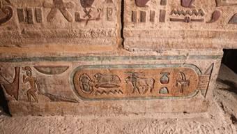 Ein restaurierter Säulenabakus im ägyptischen Tempel Esna.