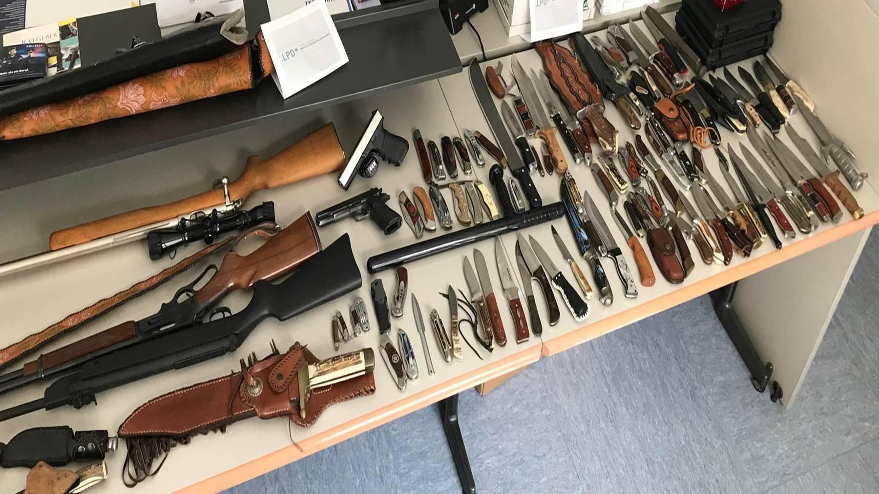 Diverse Schusswaffen und über siebzig Messer hat die Polizei in der Wohnung des Mannes gefunden.