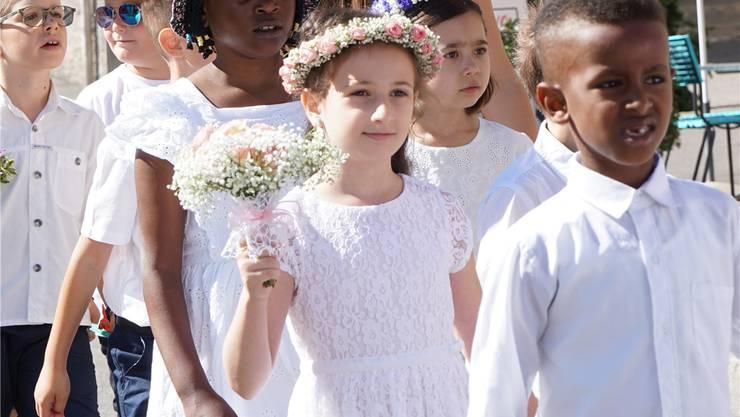Viele Mädchen trugen ein Kränzchen mit passendem Blumenstrauss.
