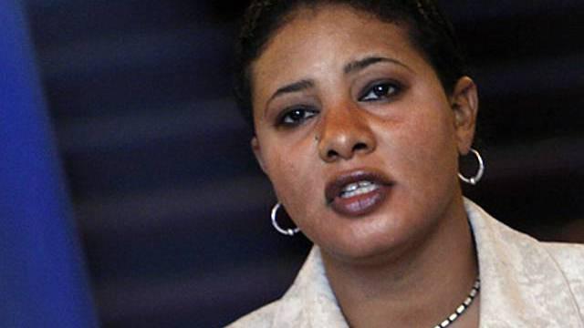 Lubna Hussein in Paris an der Pressekonferenz