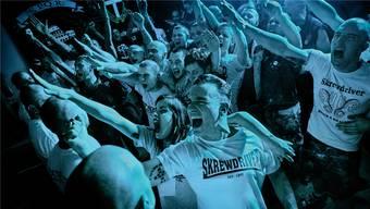 Wo Gleichgesinnte ihre Emotionen und Aggressionen ausleben: Besucher eines Neonazi-Konzerts in Rom im Mai 2013.
