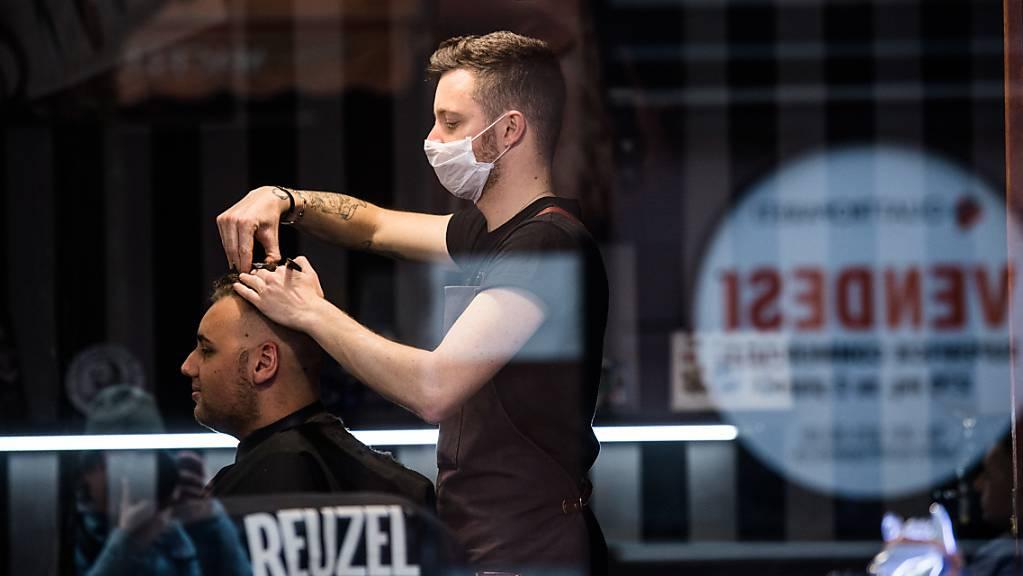 Die Haare der Tessiner werden länger – jedenfalls schneidet sie nicht mehr der Coiffeur.