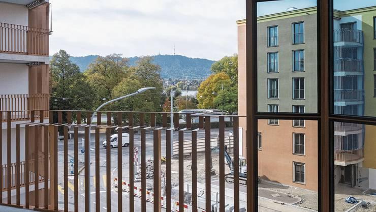Ein Teil der Balkone hat Aussicht auf den See, dafür bezahlt man aber mit Strassenlärm.
