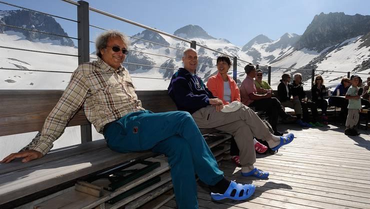 Die Gäste der Aufrichte geniessen den Nachmittag auf der Westterrasse
