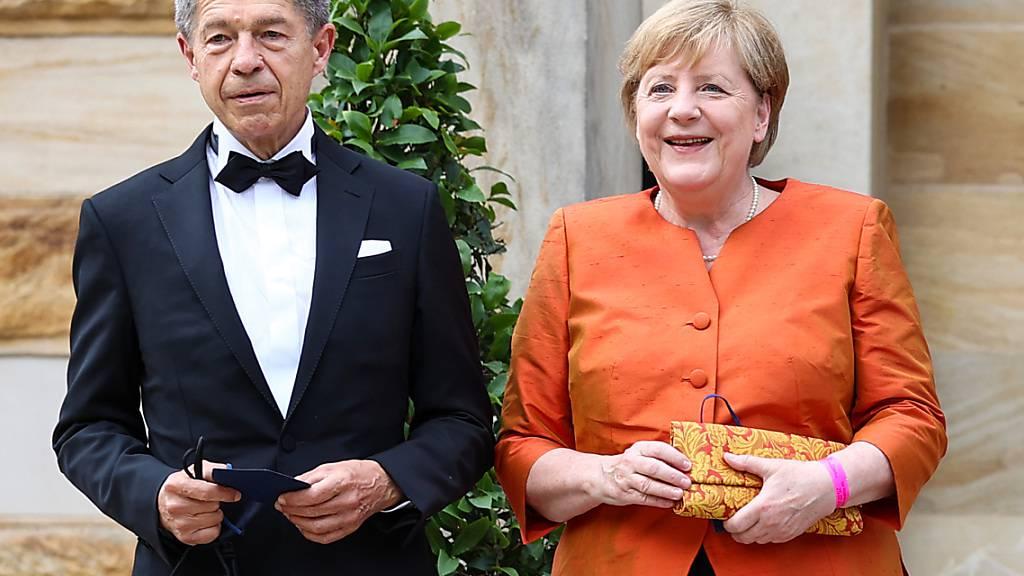 Start der Richard-Wagner-Festspiele mit einer Neuinszenierung der Oper «Der fliegende Holländer». Bundeskanzlerin Angela Merkel (CDU) und ihr Mann Joachim Sauer kommen zur Premiere zum Festspielhaus auf dem Grünen Hügel. Foto: Daniel Karmann/dpa