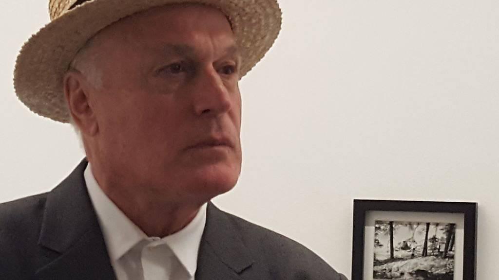 Nie ohne Hut unterwegs: Der Unterengadiner Künstler Not Vital zeigt im Bündner Kunstmuseum seine erste Werkschau in der Schweiz.