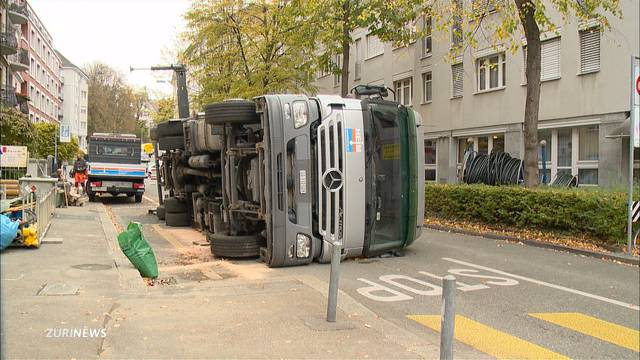 Lastwagen im Seefeld umgekippt
