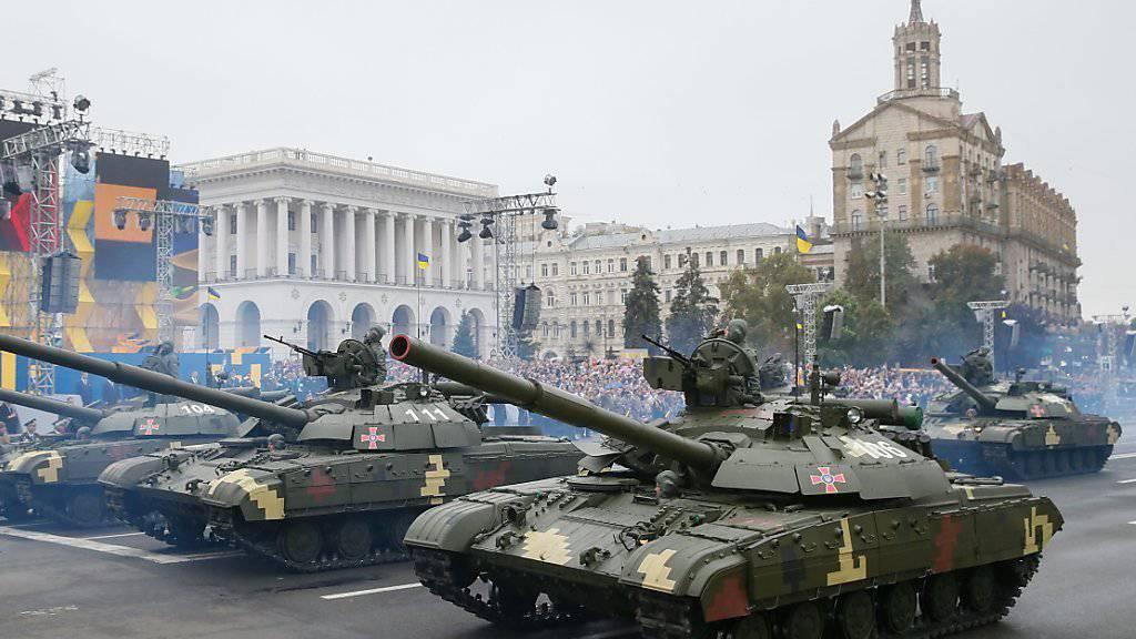 Panzer defilieren in Kiew zum 25. Jubiläum der Unabhängigkeit der Ukraine.