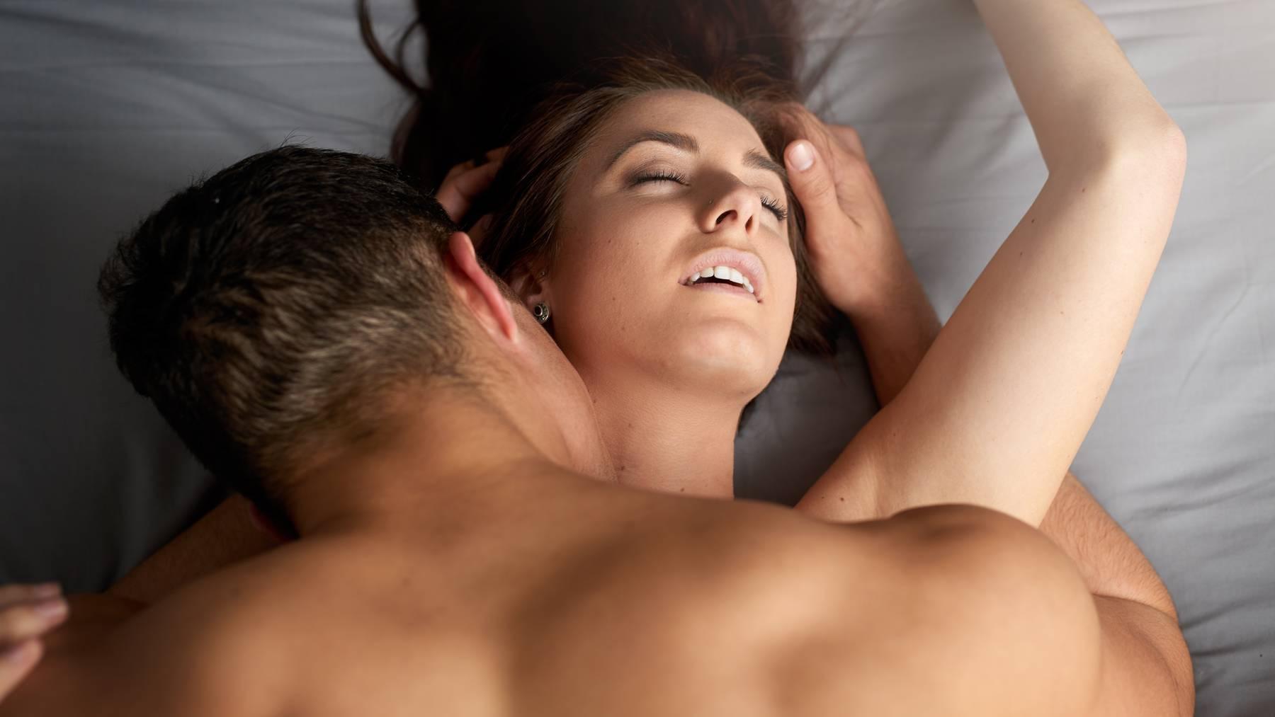 Mann und Frau im Bett beim Sex