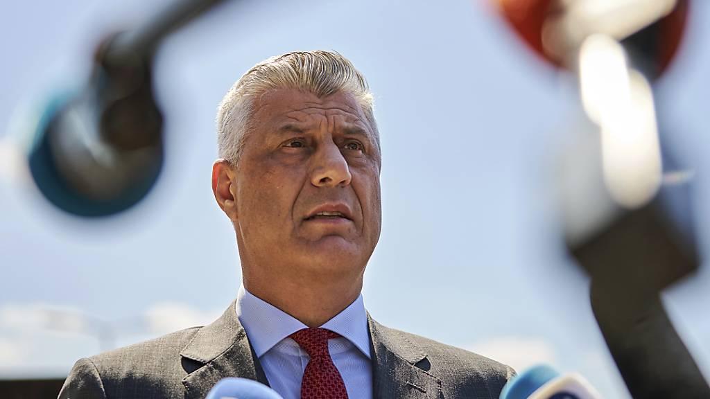 ARCHIV - Hashim Thaci, Präsident des Kosovo, spricht bei seiner Ankunft am Gericht mit Vertreterinnen und Vertretern der Presse. Foto: Phil Nijhuis/AP/dpa