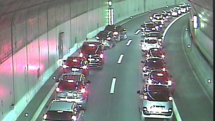 Der Verkehr staut sich wegen einem Verkehrsunfall auf der Autobahn.