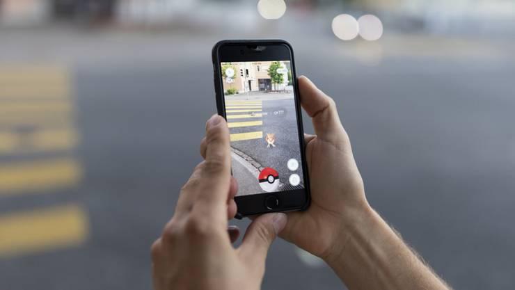 Bei Outsidern, die noch nie ein Pokémon gefangen haben, wirkt das Verhalten der Gamer höchst suspekt. (Symbolbild)