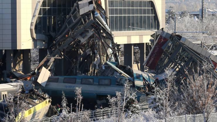 Die ineinander geschachtelten Wagen der verunglückten Zugskomposition in Ankara.