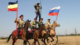 Russische Kosaken galoppieren auf einem Festival (Archiv)