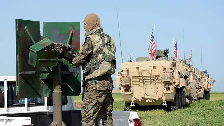 Ein Konvoi von US-Truppen in Syrien nahe der türkischen Grenze. US-Präsident Donald Trump will seine Streitkräfte aus Syrien abziehen. (Archivbild)