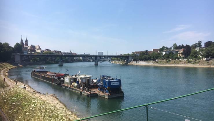 Auf dem Rhein schwimmt ein Bagger.