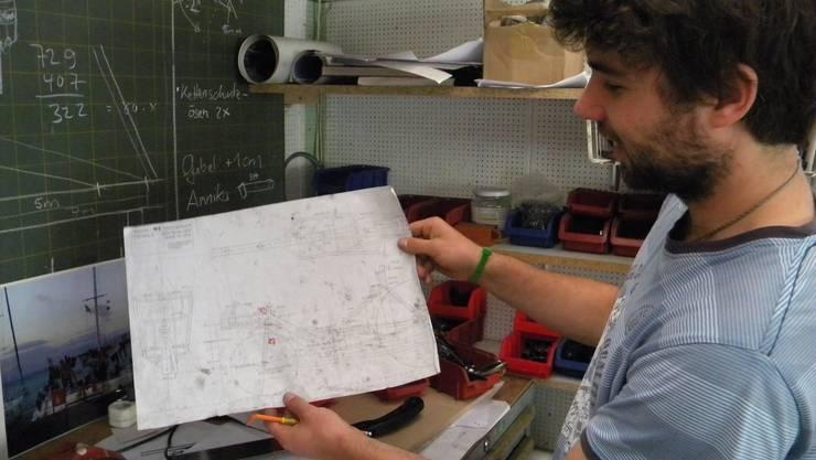 Hinter dem FOSVelo steckt langjährige Planung. Gabriel Wolf zeigt einen Plan des künftigen Velos.
