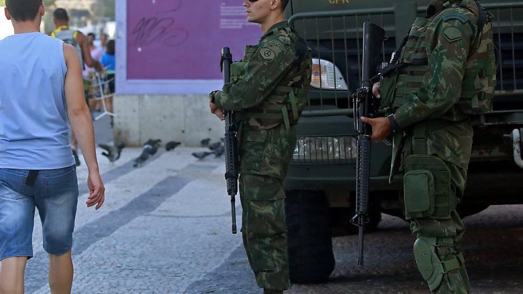 Fast 85'000 Sicherheitskräfte werden während der Sommerspiele in Rio im Einsatz stehen (auf dem Bild Polizisten in der Nähe der Copacabana)