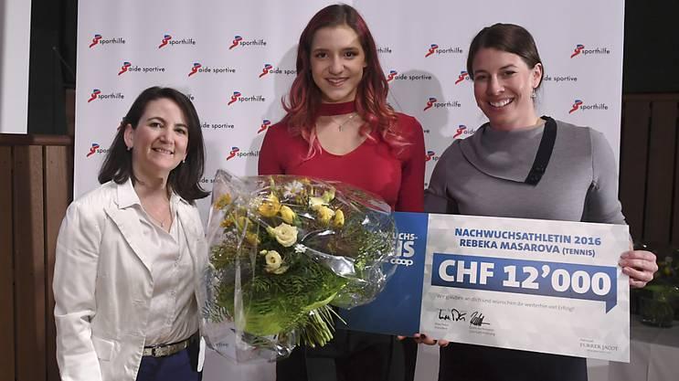 Claudia Christener (links) und Dominique Gisin (rechts) posieren mit Rebeka Masarova, der besten Schweizer Nachwuchsathletin des letzten Jahres