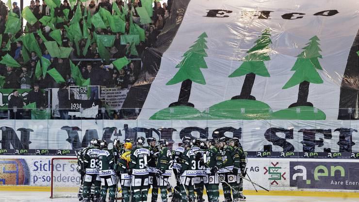 Eishockey Swiss League Playoffs EHC Olten - HC Thurgau: Zu Beginn schwˆrt sich der EHCO ein und die Fans jubeln noch. Eishockey Swiss League Playoffs EHC Olten