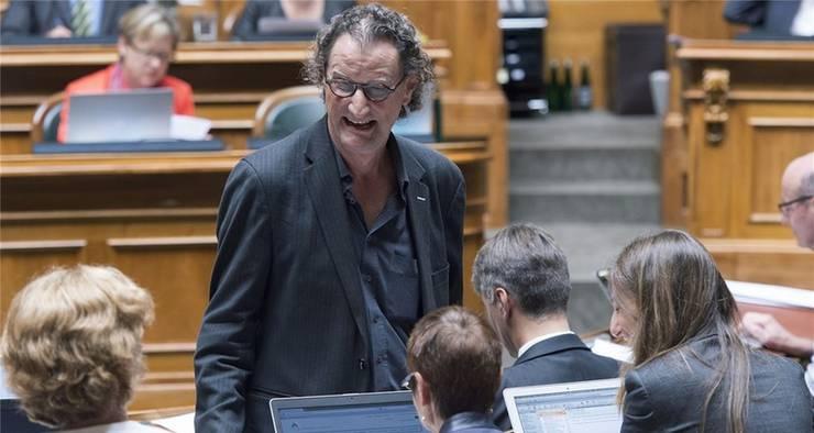 Geri Müller zeigte sich am Dienstagmorgen lachend an der Herbstsession im Bundeshaus.