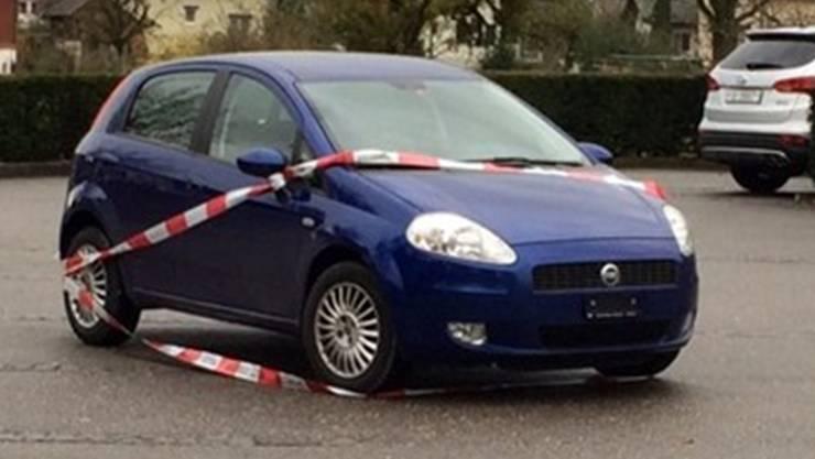 Mit diesem blauen Fiat ohne Nummernschild sollen die Täter vor der Raiffeisenbank in Recherswil vorgefahren sein – nach dem Überfall liessen sie den Kleinwagen stehen.