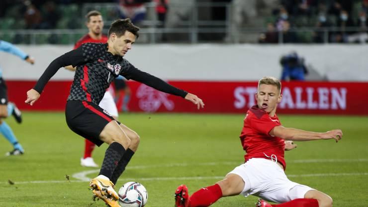 Gelungenes Nati-Debüt: Becir Omeragic (re.) grätscht beim Länderspiel in St. Gallen gegen Kroatiens Josip Brekalo