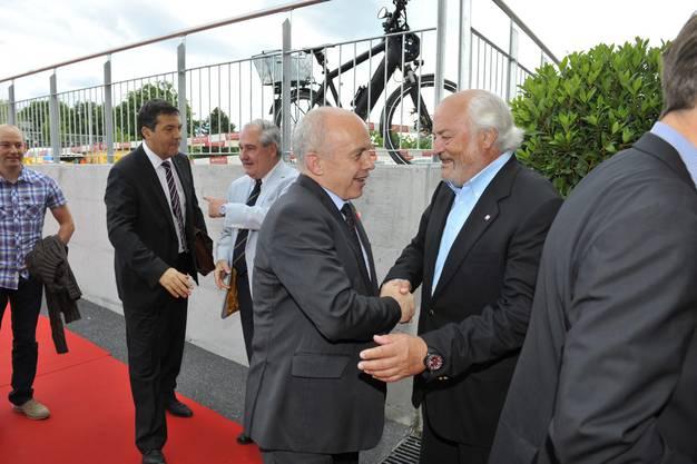Bundespräsident Ueli Maurer wird von Andy Rihs begrüsst