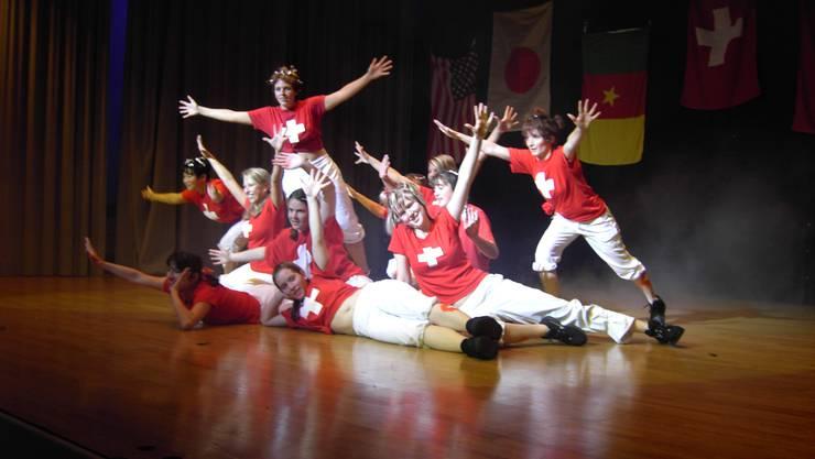 Die Aerobic-Gruppe des Turnvereins Bettlach 2006 in Aktion.