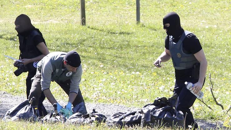 Französische Polizisten stellen in Verstecken der baskischen Untergrundorganisation ETA Waffen, Sprengstoff und Munition sicher. Die ETA hatte den französischen Behörden im Zuge der endgültigen Entwaffnung der Bewegung eine Liste mit Angaben zu den Verstecken übergeben.