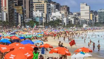 Viele Badegäste liegen dicht an dicht am Strand von Leblon. Foto: Ellan Lustosa/ZUMA Wire/dpa