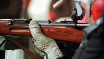 Schütze schiesst mit Karabiner (Symbolbild)