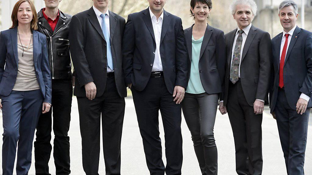 Die neue Stadtregierung von Lausanne präsentiert sich zum ersten Mal den Fotografen, der am Sonntag gewählte Pierre-Antoine Hildbrand (FDP) befindet sich ganz rechts aussen.