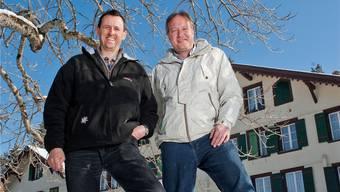Jürg Müller (links) und Roger Meinl vor ihrem Kurhotel mit Lagerhaus auf der Axalp: «Hier im Berner Oberland ist es wunderschön.»