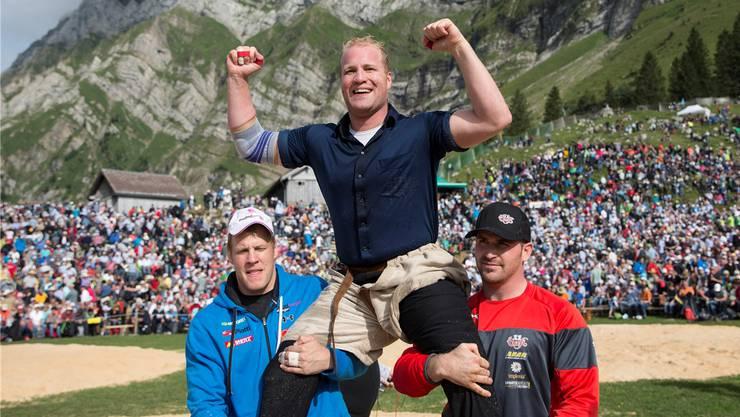 Guido Thürig traut seinem Bruder Mario Thürig (Mitte) am ehesten zu, die Berner Phalanx durchbrechen zu können.