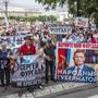 Menschen nehmen in Chabarowsk an einer Protestveranstaltung zur Unterstützung von Gouverneur Furgal teil. Im äußersten Osten Russlands haben nach der Festnahme des Gouverneurs Sergej Furgal Zehntausende Menschen demonstriert. Foto: Igor Volkov/AP/dpa