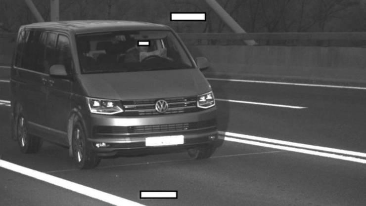 Am 15. Januar wurde dieser Fahrer in Schaffhausen beim Zeitungslesen geblitzt.