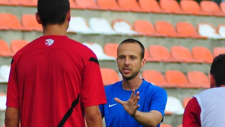 Der Trainer und seine Lenker: Patrik Grolimund (blaues Tenü) gibt den Spielern die nötigen Anweisungen.