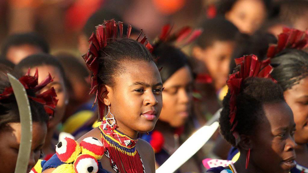 Knappe und bunte Kostüme: Alljährlich tanzen Tausende Jungfrauen für Swasilands polygamen Monarchen, König Mswati III. (Archiv)