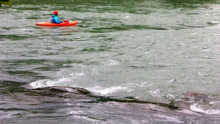 Mit dem Kanu und gut ausgerüstet macht die Fahrt auf der wilden Reuss, hier beim Gnadenthal, Spass.