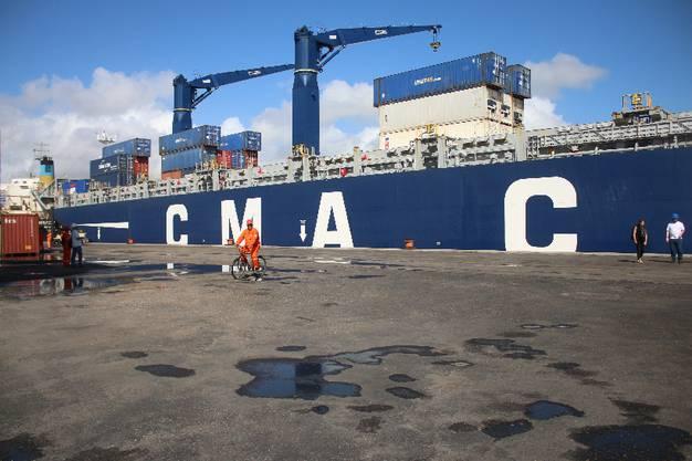 Im überschaubaren Hafen von Natal geht es dann aufs 190 Meter lange Frachtschiff - und dann ab nach Europa bzw. Spanien. Ein grosser Moment für uns.